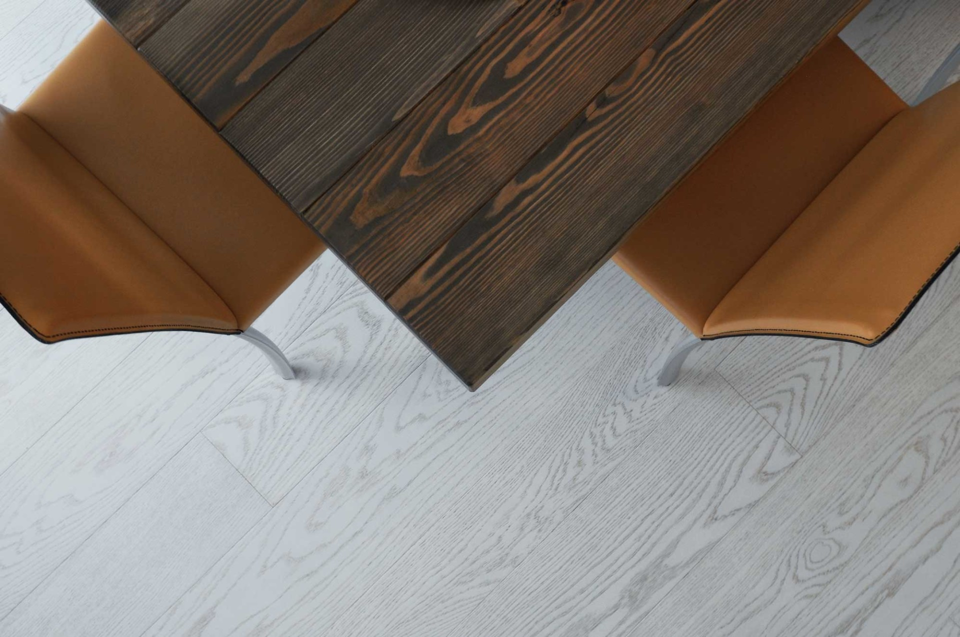 Simmetric corners, a mix of leather and wood materials